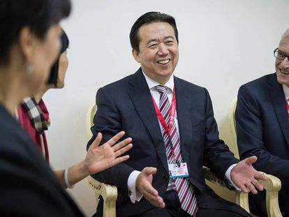 El expresidente de Interpol Meng Hongwei conversa en Bali (Indonesia) con varios compañeros, en una imagen cedida por Interpol.
