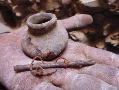 Objetos encontrados por el equipo del Proyecto Djehuty que excava en la necrópolis de Dra Abu el Naga (Luxor).