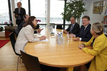 La comisario Cecilia Malsmtröm (izquierda), frente a Ximo Puig, en la Comisión Europea.