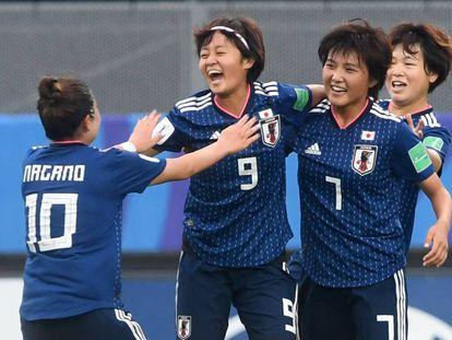 Las japonesas celebran el primer gol.