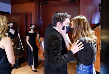 El maestro Gustavo Dudamel, con su esposa y copresidenta de la Fundación Dudamel, María Valverde, antes del concierto de Las Palmas.