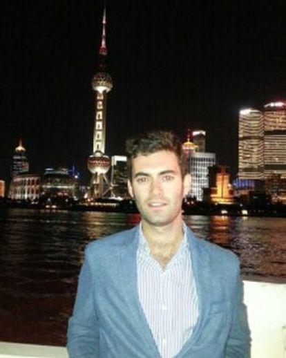 Borja Iniguez con el skyline de Shanghai.