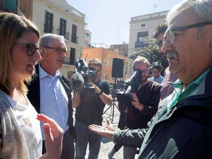 La número dos de JxCat, Elsa Artadi, junto al exalcalde de Barcelona Xavier Trias, saludan a las dos víctimas que recibieron disparos de balines mientras repartían propaganda electoral.