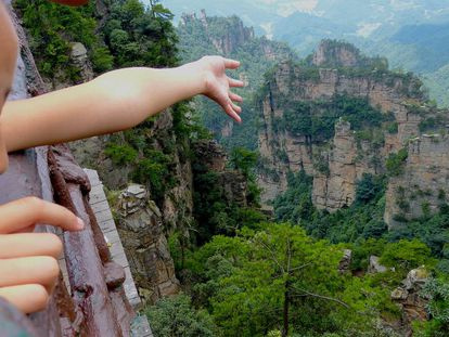Una niña observa el parque de Zhangjiajie, en China.