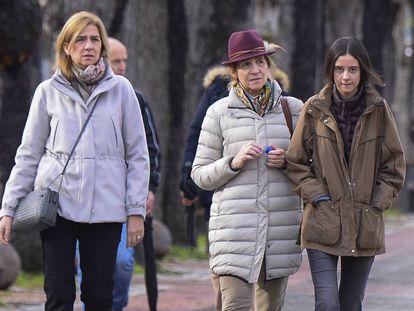 La infanta Cristina pasea junto a su hermana Elena de Borbón y su hija, Victoria Federica, por las calles de Vitoria esta mañana.