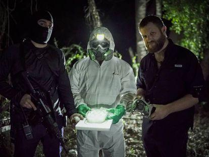 Beriain (derecha) con un sicario y un 'cocinero' de droga en Sinaloa.