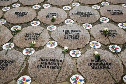 Rosas en un monumento a las víctimas de ETA, en noviembre de 2020 en Vitoria.