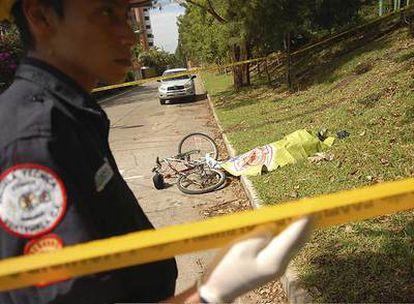 El cadáver de Rodrigo Rosenberg yace junto a su bicicleta, el pasado domingo en Ciudad de Guatemala.