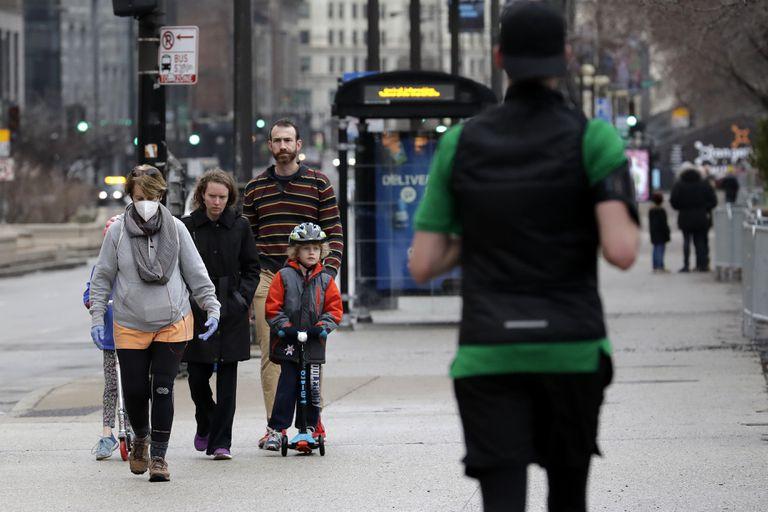Familias paseando por Chicago el sábado por la tarde cuando han cerrado los parques.