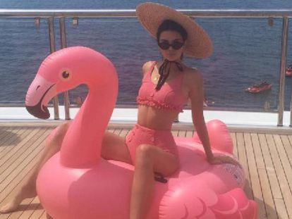 Kendall Jenner con el flamenco rosa que subió a su yate.