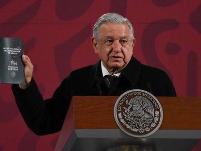 López Obrador presenta la 'Guía Ética para la Transformación de México', el año pasado.