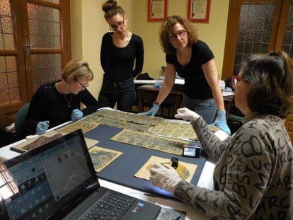 Amanda Dotseth, Jitske Jasperse, Therese Martin y Ana Cabrera, del equipo integrado en el CSIC que investiga las sortijas, durante su estudio de los tejidos medievales del Museo de San Isidoro de León.
