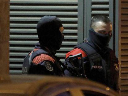 Agentes del Grupo Especial de Intervención de los Mossos d'Esquadra, durante el registro a una vivienda.