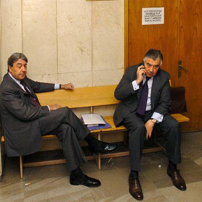 Alberto Cortina (izquierda) y Alberto Alcocer, en el juzgado en 2005.