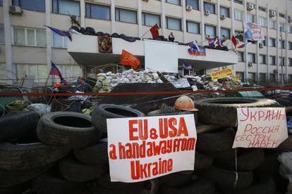 Pie de Foto: Barricada frente al Ayuntamiento de Mariupol.