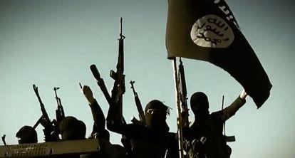 Captura de un vídeo de marzo de 2014 donde se ve a milicianos yihadistas del Ejército Islámico de Irak con su armamento en un vehículo en la provincia de Anbar.