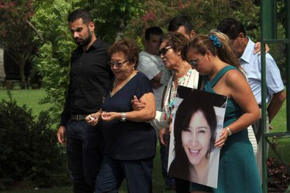 Familiaries y amigos despiden a Gisella Solís Calle, la odontóloga argentina asesinada.