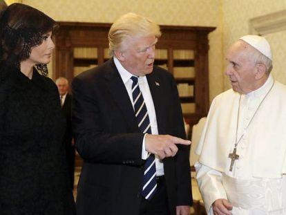 Donald Trump, y su mujer, Melania, se reúnen con el papa Francisco.