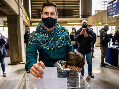 Messi, junto a su hijo Thiago, en la sede de las elecciones del Barcelona en el Camp Nou.