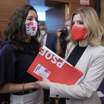 La nueva presidenta de la Asamblea de Madrid, Eugenia Carballedo (i) y la nueva portavoz del grupo parlamentario socialista en la Asamblea de Madrid, Hana Jalloul (d), a su salida del acto de constitución de la Asamblea de Madrid de la XII Legislatura, a 8 de junio de 2021, en Madrid (España). Este martes se constituye la Asamblea de Madrid tras los comicios del 4 de mayo, arrancando la XII Legislatura, que durará un máximo de dos años y en la que los 'populares' aglutinan 65 de los 136 escaños que componen la Cámara. El resto está repartido de la siguiente manera: 24 escaños Más Madrid, los mismos para el PSOE, 13 escaños para Vox y 10 para Unidas Podemos. 08 JUNIO 2021 Eduardo Parra / Europa Press 08/06/2021