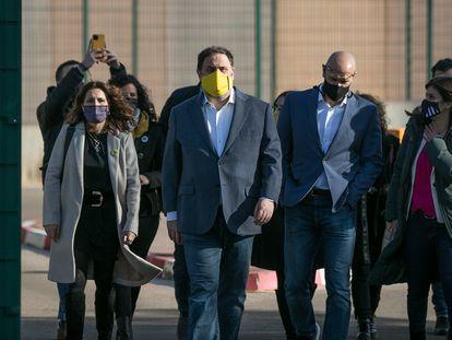 Oriol Junqueras (con mascarilla amarilla) y Raül Romeva, acompañados de miembros de ERC, salen a pie de la cárcel en enero de 2021.