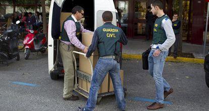 Agentes de la Guardia Civil durante uno de los registros.