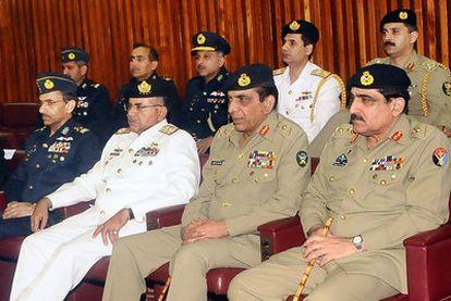 La cúpula de las Fuerzas Armadas de Pakistán, con el general Ashfaq Kayani (segundo por la derecha) a la cabeza, ayer en el Parlamento de Islamabad.
