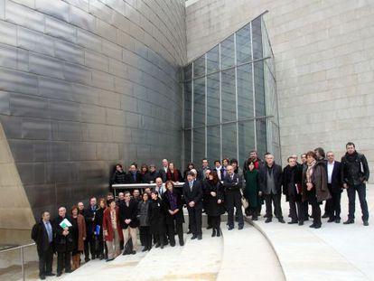 Participantes en la primera reunión del Consejo Vasco de la Cultura posan en el Guggenheim.