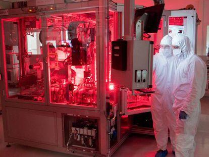 Empleados de Volkswagen trabajan en el diseño de baterías en la fábrica alemana de Salzgitter.