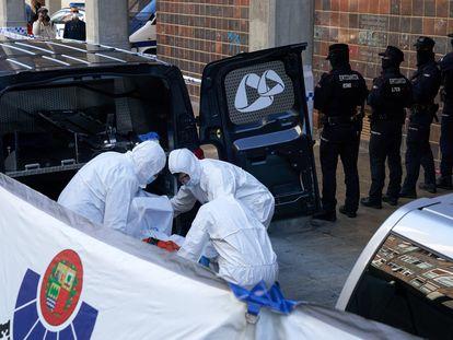 La científica de la Ertzaintza traslada uno de los dos cadáveres encontrados en la calle Antonio Machado, en Vitoria, donde un hombre ha asesinado presuntamente a su pareja y después se ha suicidado.