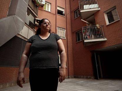 Sira Olivares, una mujer cuya hipoteca ha sido vendida a un fondo buitre, frente a su casa en un barrio de Madrid.