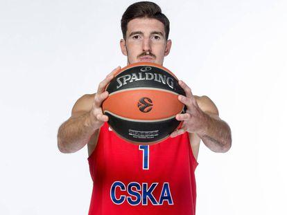 Nando de Colo posa con la camiseta del CSKA.