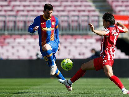 Messi ante Joao Felix, este sábado en el Camp Nou.