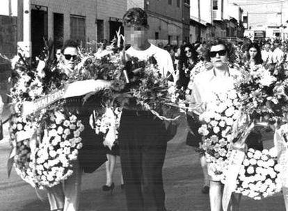 Cyril Jaquet porta flores durante el entierro de sus padres, en 1994.