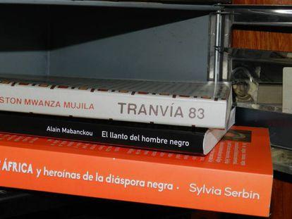 Tres libros en un buzón de un domicilio.