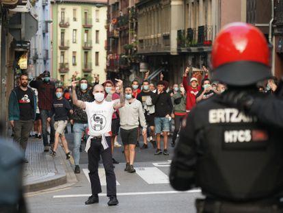 Grupos de antifascistas intentan cortar un mitin del secretario general de Vox, Javier Ortega Smith, sobre inmigración en Bilbao.