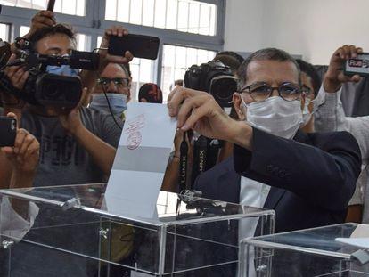 El jefe de Gobierno de Marruecos y candidato del islamista Partido de la Justicia y el Desarrollo (PJD), Saadedín el Otmani, vota en un colegio electoral de Salé, ciudad contigua a Rabat, este miércoles.