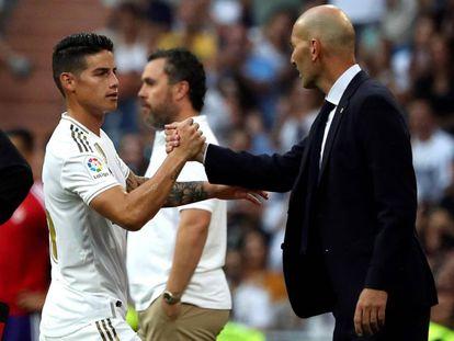 James Rodríguez saluda a Zidane al ser sustituido en el partido contra el Valladolid.