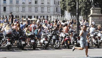 Un hombre corre por la plaza de Cataluña tras el atentado.