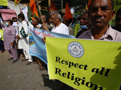 Protesta de la minoría hindú contra el ataque de un templo en Rahim Yar Khan, Pakistán, el domingo.