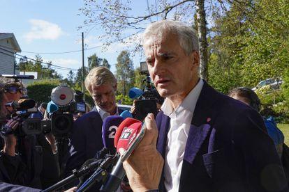 El líder laborista Jonas Gahr Stoere habla con los reporteros frente a su casa en Oslo, tras su victoria en las elecciones.