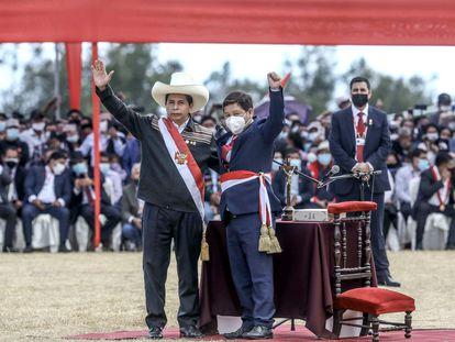 El recién investido presidente peruano Pedro Castillo celebra con Guido Bellido luego de elegirlo como primer ministro de su Gobierno, durante una ceremonia simbólica de juramentación este jueves en la Pampa de la Quinua, en Ayucucho (Perú).
