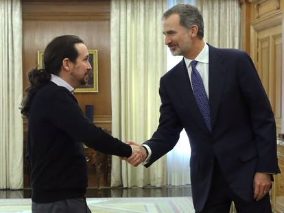 El ex vicepresidente del Gobierno, Pablo Iglesias, y el rey Felipe VI, en un encuentro en la Zarzuela en 2019.