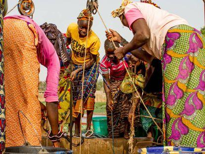 Un grupo de mujeres extrae agua de un pozo del jardín de Kolonia, en Malí.
