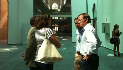 Juan Carlos Moragues, a la derecha, en el complejo 9 d'Octubre, ayer.