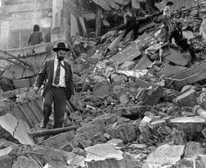 Un hombre deambula entre los escombros de la sede de la AMIA, tras el atentado el 18 de julio de 1994.
