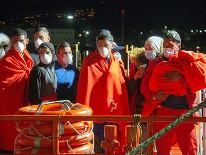 Llegada de 65 inmigrantes de origen argelino al puerto granadino de Motril, este viernes.