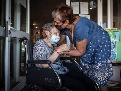 Primer contacto físico entre residentes y familiares en Valencia, tras las medidas restrictivas el pasado 17 de septiembre.