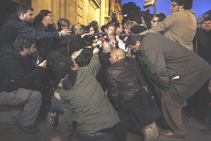 Ángel Luna responde a los periodistas después de declarar ayer en el Tribunal Superior de Justicia de Valencia.