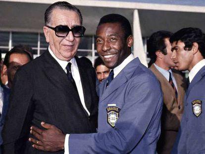 Pelé, con el dictador brasileño Emílio Garrastazu Médici, en el verano de 1970.